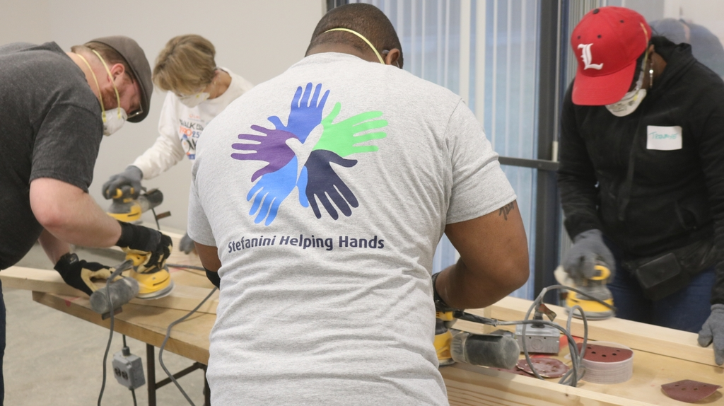 Stefanini employees gathered to build beds for those in need.